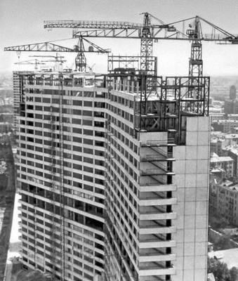 Монтаж крупнопанельных железобетонных конструкций многоэтажного здания на проспекте Калинина в Москве.